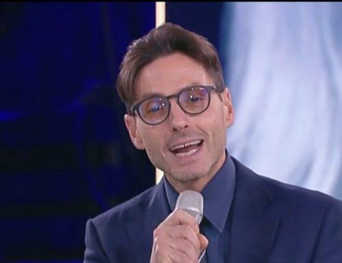 Piersilvio Berlusconi viene portato sul palco di #CR4 e ne approfitta per fare gli auguri al pubblico di Chiambretti