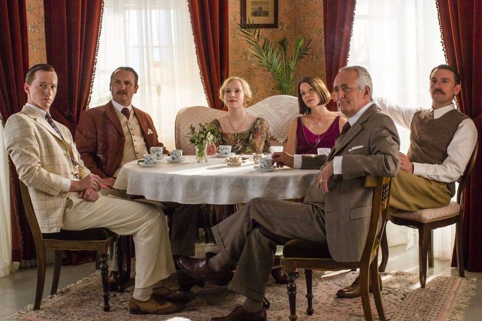 SerieTivu: Seaside Hotel primo appuntamento. Arriva il period drama ambientato sulle coste del Mare del Nord, in prima visione tv su TV2000