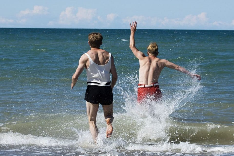 SerieTivu: Seaside Hotel quinto appuntamento. Arriva il period drama ambientato sulle coste del Mare del Nord, in prima visione tv su TV2000