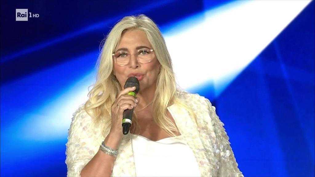 Mara Venier signora della domenica... Ma dal lunedì al sabato alcuni atteggiamenti sono poso signorili, come ieri sera al Premio Biagio Agnes!!